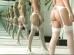 Sexy rộng nhảy nude và sử dụng dildo ở phía trước của máy nhân bản